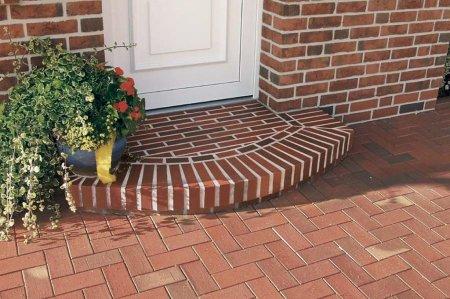 Как сочетать облицовку цоколя с тротуарной плиткой